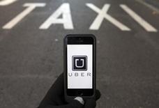 El logo del programa Uber visto en un teléfono móvil en Madrid. La conocida aplicación Uber, bajo la lupa debido a una serie de asaltos a pasajeras por parte de los conductores en algunas ciudades, se comprometió contratar a un millón de mujeres hacia el 2020, según un comentario publicado en su blog (blog.uber.com).  REUTERS/Sergio Perez