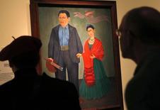 """""""Frieda and Diego Rivera"""" de Frida Kahlo, en una muestra previa a la exhibición de dibujos y pinturas del muralista mexicano Diego Rivera y su esposa Frida Kahlo en Detroit. 10 de marzo de 2015.  El Instituto de Artes de Detroit, reconocido por los murales pintados por Diego Rivera, inaugurará este mes una exhibición pública de sus trabajos y los de su esposa, Frida Kahlo, la mayor muestra desde que la colección del museo se vio amenazada durante la bancarrota de la ciudad. REUTERS/Rebecca Cook"""