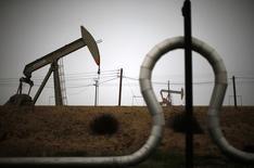 Станки-качалки на месторождении близ Бейкерсфилда 17 января 2015 года. Запасы нефти в США снизились на 404.000 баррелей до 439,4 миллиона баррелей на неделе, завершившейся 6 марта, сообщил Американский институт нефти (API). REUTERS/Lucy Nicholson