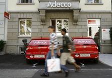 Adecco, premier groupe mondial d'intérim, annonce un bénéfice net supérieur au consensus au quatrième trimestre, de 185 millions d'euros contre 174 millions un an auparavant. /Photo d'archives/REUTERS/Arnd Wiegmann
