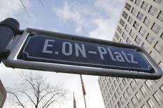E.ON, première société allemande de services aux collectivités, fait état d'une perte nette de 3,2 milliards d'euros en 2014 contre un bénéfice de 2,14 milliards un an auparavant, en raison essentiellement des dépréciations constituées sur ses centrales électriques.  /Photo prise le 11 mars 2015/REUTERS/Wolfgang Rattay