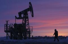 Станок-качалка на нефтяном месторождении Башнефти в селе Николо-Березовка в Башкортостане. 28 января 2015 года. РФ не будет снижать добычу нефти в 2015 году, несмотря на низкие цены, но сократит нефтепереработку на 3 миллиона тонн, которые дополнительно уйдут на экспорт, сказал в интервью Рейтер министр энергетики Александр Новак. REUTERS/Sergei Karpukhin
