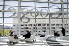 Google, à suivre mercredi sur les marchés américains. Le groupe a annoncé le prochain départ de son directeur financier, Patrick Pichette, précisant que ce dernier participerait à la recherche de son successeur /Photo d'archives/REUTERS/Stephen Lam