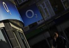 Boutique O2, filiale britannique de téléphonie mobile de l'espagnol Telefonica, que le conglomérat de Hong Kong Hutchison Whampoa compte racheter. Les acquisitions d'entreprises européennes par des groupes extérieurs au continent ont représenté un total de 73,4 milliards de dollars (69,2 milliards d'euros) depuis le début de l'année, soit le montant le plus élevé à ce stade depuis que Thomson Reuters a commencé à compiler ces données dans les années 1970. /Photo prise le 23 janvier 2015/REUTERS/Darren Staples