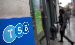 La banque britannique TSB a annoncé jeudi avoir reçu de l'espagnole Banco Sabadell une offre de rachat d'environ 2,5 milliards d'euros et s'est dite prête à recommander cette offre à ses actionnaires. /Photo prise le 27 mai 2014/REUTERS/Neil Hall