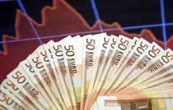 Банкноты евро. Сараево, 9 марта 2015 года. Золотовалютные резервы РФ достигли нового минимума с апреля 2007 года, $356,7 миллиардов, сократившись с 27 февраля по 6 марта на $6,3 миллиарда, следует из данных Банка России. REUTERS/Dado Ruvic