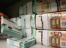 Billetes de euro en una bóveda de un banco en Viena, abr 10 2013. La incesante caída del euro se ha convertido en un factor positivo para los resultados de las compañías europeas después de años de estancamiento en las utilidades, justo en momentos en que las cifras de las firmas estadounidenses empiezan a perder impulso. REUTERS/Heinz-Peter Bader
