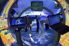 Intel a réduit de près d'un milliard de dollars sa prévision de chiffre d'affaires trimestriel, évoquant une demande plus faible que prévu de PC professionnels et une diminution des stocks dans la chaîne d'approvisionnement de ce segment. /Photo d'archives/REUTERS/Steve Marcus