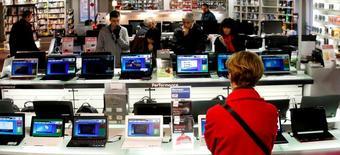 Les ventes mondiales d'ordinateurs ont reculé de 2,2% l'année dernière et elles devraient encore ralentir en 2015, avec une diminution de 4,9%, selon des estimations du cabinet d'études IDC. /Photo d'archives/REUTERS/Eric Gaillard