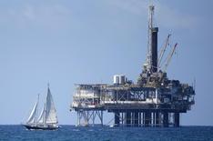 Au large de Huntington Beach, en Californie. La stabilisation des cours du pétrole n'est peut-être que provisoire car l'excédent d'offre empire en raison de la production des Etats-Unis qui ne donne aucun signe de ralentissement, estime l'Agence internationale de l'énergie (AIE). /Photo prise le 28 septembre 2014/REUTERS/Lucy Nicholson