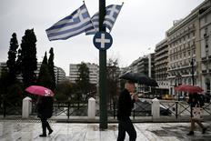 Place de la Constitution à Athènes. L'économie grecque a été en croissance de 0,8% en 2014, a annoncé vendredi le service national de la statistique Elstat dans sa première estimation pour l'ensemble de l'année. /Photo prise le 13 mars 2015/REUTERS/Alkis Konstantinidis