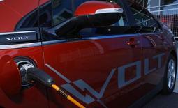 General Motors est une des valeurs à suivre vendredi à Wall Street. Le constructeur automobile a rappelé 64.000 Chevrolet Volt, un modèle hybride, pour corriger un logiciel afin d'empêcher la libération de monoxyde de carbone quand le conducteur oublie de couper le moteur, rapporte le magazine Automotive News. /Photo d'archives/REUTERS/Gary Cameron