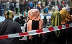 Muslim women with headscarves wait after Friday prayers on Skalitzer Strasse in Berlin September 19, 2014. REUTERS/Hannibal