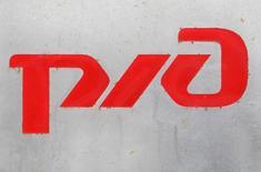 Логотип РЖД в Москве 25 февраля 2010 года. Российские железные дороги объявили конкурс на проектирование первой в стране высокоскоростной магистрали (ВСМ) Москва-Казань с начальной ценой 20,79 миллиарда рублей, спустя месяц после угроз главы компании свернуть стройку из-за отсутствия финансирования. REUTERS/Sergei Karpukhin