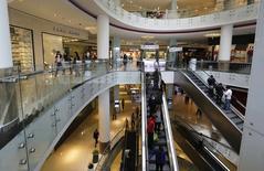 Unas personas al interior del centro comercial Real Plaza Salaverry en Lima, sep 23 2014. La actividad económica de Perú creció un 1,68 por ciento interanual en enero, por debajo de lo esperado por analistas, en medio de una recuperación del clave sector minero, dijo el lunes el Gobierno.  REUTERS/ Mariana Bazo