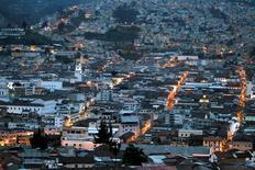 Imagen de archivo del centro histórico de Quito, abr 12 2012. La economía de Ecuador habría crecido alrededor de un 3,8 por ciento en 2014, menos que la meta del Gobierno, que además podría revisar a la baja su pronóstico para este año debido a la caída del precio del crudo, dijo el lunes el coordinador de la política económica. REUTERS/Guillermo Granja/Files