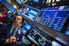 Трейдеры на фондовой бирже в Нью-Йорке. 16 марта 2015 года. Фондовые рынки США выросли в понедельник, так как курс доллара спустился с многолетних максимумов. REUTERS/Lucas Jackson