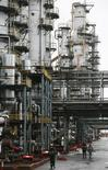 НПЗ Роснефти в Ачинске. 28 октября 2013 года. Российская промышленность показала в феврале наихудший результат за два года, снизив объемы производства на 1,6 процента в годовом выражении, тогда как опрошенные Рейтер аналитики ожидали падения на 0,2 процента. REUTERS/Ilya Naymushin