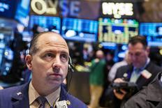Un operador en la rueda de operaciones de Wall Street poco después de la apertura del mercado, mar 16 2015. Las acciones estadounidense abrieron el martes con bajas después de una serie de alzas en las jornadas previas, mientras los inversores esperan los resultados de la reunión de la Reserva Federal que podría arrojar señales sobre el momento de un alza de tasas en Estados Unidos. REUTERS/Lucas Jackson