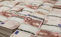 Пачки банкнот по 10 евро в центральном офисе компании GSA в Вене. 22 июля 2013 года. Нефтехимический холдинг Сибур сообщил в среду, что подписал соглашение с консорциумом европейских банков о долгосрочном кредите на 1,575 миллиарда евро, который нужен компании для инвестиций в гигантский проект в Тюменской области. REUTERS/Leonhard Foeger/Files