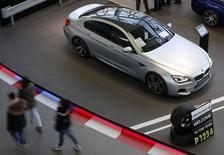 Conférence annuelle de BMW à Munich. BMW pourrait perdre sa place de numéro un mondial du haut de gamme en termes de voitures vendues au profit d'Audi, filiale de Volkswagen. /Photo prise le 18 mars 2015/REUTERS/Michaela Rehle