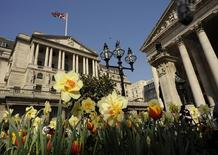 La Banque d'Angleterre (BoE) estime qu'il y a un risque de voir la livre sterling se renforcer encore davantage face à d'autres devises, évolution susceptible de prolonger le temps qu'il faudra pour atteindre l'objectif d'une inflation de 2%. /Photo d'archives/REUTERS/Toby Melville