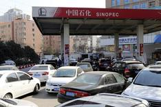 Una gasolinera de Sinopec en Zhengzhou, China, feb 9 2015. El exceso de suministro de petróleo en el mundo se incrementaría por el freno de China al aumento de sus reservas estratégicas y por las menores importaciones de las refinerías asiáticas antes de una temporada de mantenimiento, lo que ejercería presión bajista sobre los precios. REUTERS/Stringer