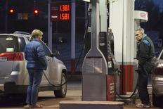People get gasoline at a Conoco station in St. Louis, Missouri January 14, 2015.  REUTERS/Kate Munsch