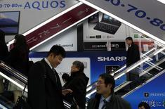 Sharp compte supprimer quelque 6.000 emplois, soit plus de 10% de ses effectifs, dans le cadre d'une restructuration qui lui coûtera plus de 200 milliards de yens (1,5 milliard d'euros), selon une source proche du dossier. Au Japon, 3.000 salariés partiront en préretraite, tandis que 3.000 postes disparaîtront ailleurs. /Photo prise le 3 mars 2015/REUTERS/Yuya Shino