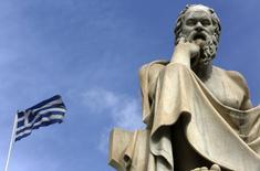 Bandera griega junto a estatua de filósofo Sócrates, Atenas, 18 mar, 2015. Líderes de la zona euro dirán a Grecia el jueves que se acaba el tiempo y la paciencia para que su Gobierno implemente las reformas acordadas para evitar una inminente falta de liquidez que podría forzar al país a abandonar el bloque. REUTERS/Yannis Behrakis