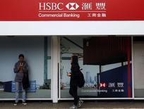Una sucursal del banco HSBC a las afueras de una estación de trenes en Hong Kong, mar 3 2015. HSBC se opuso el jueves al abrumador consenso sobre la debilidad del euro al revisar sus pronósticos para la moneda europea a 1,10 dólares hacia fines del 2016 desde los 1,05 dólares previos, argumentando que la racha alcista de la divisa estadounidense está cerca de finalizar.     REUTERS/Bobby Yip