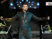 """El cantante Ricky Martin en una presentación en el teatro iHeartRadio de Los Angeles, feb 10 2015. Treinta años después de que Ricky Martin inició su carrera musical en el grupo infantil puertorriqueño """"Menudo"""", el cantante ganador del Grammy utiliza su música y su fama para ayudar en la lucha contra el tráfico de niños. REUTERS/Danny Moloshok"""