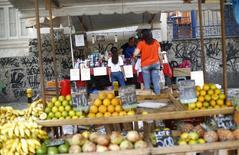 Consumidoras observam produtos em mercado ao ar livre no Rio de Janeiro. 19/03/2015.    REUTERS/Ricardo Moraes