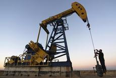 Станок-качалка на нефтяном месторождении компании PetroChina в китайской провинции Хэйлунцзян. 4 ноября 2007 года. Цены на нефть снижаются, и Brent может завершить в минусе третью неделю подряд, после комментария министра нефтяной промышленности Кувейта о добыче ОПЕК. REUTERS/Stringer