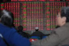 Инвесторы в брокерской конторе в Шанхае. 17 марта 2015 года. Азиатские фондовые рынки выросли за неделю за счет политики центробанков и локальных факторов. REUTERS/Aly Song