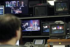 Сотрудник Первого Балтийского канала в студии в Риге 26 января 2015 года. Европейский Союз собирается начать первую фазу пропагандистской войны с Россией в течение ближайших нескольких дней, определившись с новой информационной кампанией на саммите в четверг. REUTERS/Ints Kalnins