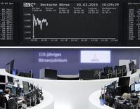 Помещение фондовой биржи во Франкфурте-на-Майне. 20 марта 2015 года. Европейские фондовые рынки в основном растут за счет акций Holcim и Lafarge, которым удалось договориться об условиях слияния. REUTERS/Stringer