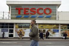 Pedestrians pass a Tesco supermarket in London January 5, 2015.  REUTERS/Luke MacGregor