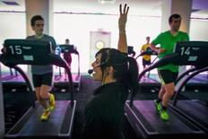 Jessica Desmond, an instructor at the Mile High Run Club (MHRC), leads a class in a Manhattan borough of New York November 14, 2014.  REUTERS/Brendan McDermid