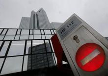 El edificio corporativo del banco Deutsche Bank en Fráncfort, ene 29 2015 . Deutsche Bank está analizando varias opciones para crear una estrategia sostenible al 2018 y más allá, dijo el lunes el jefe del consejo de supervisión del prestamista alemán, Paul Achleitner, lo que confirma un informe de Reuters publicado el sábado.    REUTERS/Ralph Orlowski