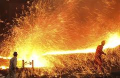 La actividad del sector manufacturero de China cayó a un mínimo de 11 meses en marzo, por una contracción de los nuevos pedidos, mostró un sondeo privado, apuntando a una persistente debilidad de la segunda mayor economía mundial que podría motivar llamamientos a una política más expansiva para fomentar el crecimiento. En la imagen, empleados de una fábrica  de acero trabajan en Dalian,  en la provincia china de Liaoning, el 16 de marzo de 2015. REUTERS/China Daily
