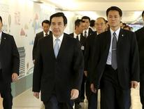 Taiwan's President Ma Ying-jeou (L) walks before boarding a plane to Singapore at Taoyuan airport, northern Taiwan March 24, 2015. REUTERS/CN Chen