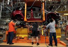 Trabajadores en la planta de ensamblaje de vehículos de Ford en Louisville, EEUU, jun 13 2012. El crecimiento del sector manufacturero de Estados Unidos aceleró el ritmo en marzo, con la actividad de las fábricas mostrando el mejor avance desde octubre, de acuerdo con un reporte industrial divulgado el martes.    REUTERS/John Sommers II