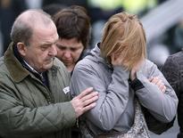 Родственники пассажиров разбившегося самолета Germanwings в аэропорту Барселона - Эль-Прат. 24 марта 2015 года. Самолет Airbus компании Germanwings, принадлежащей немецкой Lufthansa, упал во вторник в труднодоступном районе французских Альп, все находившиеся на его борту 150 человек, в том числе 16 школьников, погибли. REUTERS/Albert Gea