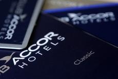 Accor est une des valeurs à suivre mercredi à la Bourse de Paris. Les sociétés d'investissement Colony Capital et Eurazeo ont annoncé mardi soir avoir engagé la cession de 9,65% du capital du groupe hôtelier, dont ils sont les deux principaux actionnaires. /Photo d'archives/REUTERS/Jacky Naegelen