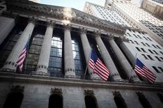 La Bourse de New York a démarré sur une note hésitante mercredi après l'annonce d'une baisse des projets d'investissement des entreprises américaines. De nouvelles fusions et acquisitions, notamment le rachat de Kraft Foods, soutiennent la tendance. L'indice Dow Jones cède 0,03% dans les premiers échanges, le Standard & Poor's 500 avance de 0,07% et le Nasdaq Composite perd 0,16%.   /Photo d'archives/REUTERS/Carlo Allegri