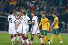 Jogadores da Alemanha comemoram gol de Podolski contra Austrália. 25/03/2015.  REUTERS/Ralph Orlowski