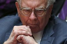 Financial investor Warren Buffett looks on during an announcement ceremony at Northwestern University in Evanston, Illinois, January 28, 2015.   REUTERS/Jim Young
