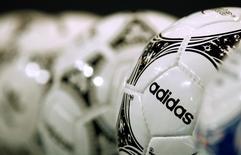 Adidas espère augmenter ses ventes et sa rentabilité à un rythme plus soutenu dans les cinq prochaines années, en concentrant ses campagnes commerciales dans six grandes villes et en développant la personnalisation des produits et la vente directe. /Photo d'archives/REUTERS/Michaela Rehle
