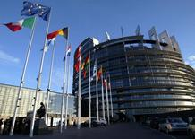 Флаги стран ЕС у здания Европарламента в Страсбурге. 21 апреля 2004 года. Европарламент в среду одобрил предложение Еврокомиссии о новой финансовой помощи Украине в размере 1,8 миллиарда евро, которая поможет стране заполнить пробелы в краткосрочном балансе платежей, сообщила Еврокомиссия в среду. REUTERS/Vincent Kessler/File